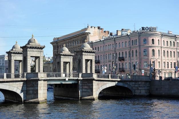 ロシア、サンクトペテルブルクのフォンタンカ川を渡るロモノソフ橋