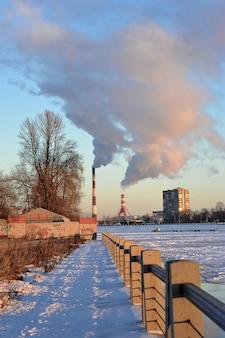 Зимний рукотворный пейзаж. дым из труб электростанций. россия, санкт-петербург