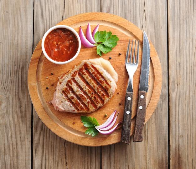 ビーフステーキとトマトソース