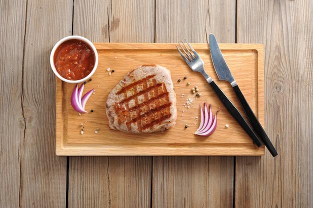 木製の表面に牛肉ステーキ