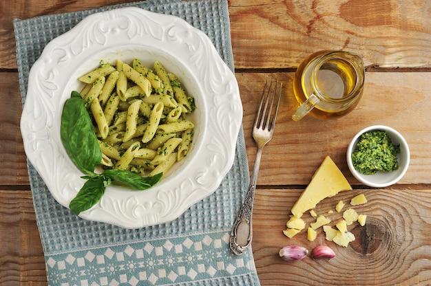 Макаронные перья с соусом песто, базиликом и сыром и оливковым маслом
