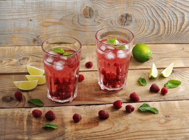 ラズベリーと氷、ライム、ミントのフルーツレモネード