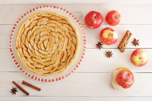 Яблочный пирог и ингредиенты с яблоками и корицей