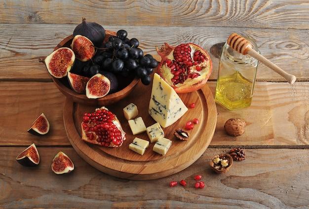 Инжир и черный виноград в деревянной миске