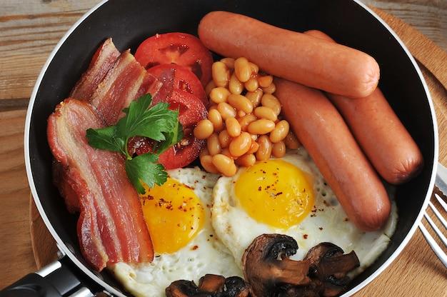 卵焼き、ベーコン、トマト、豆、マッシュルーム、ソーセージ