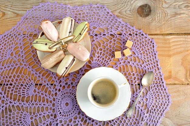 皿にケーキとマグカップにコーヒーとスプーンと砂糖
