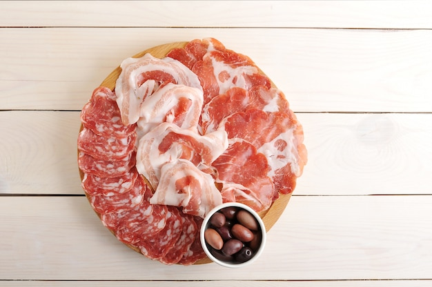 Различные виды колбас нарезанные с салями, беконом, прошутто