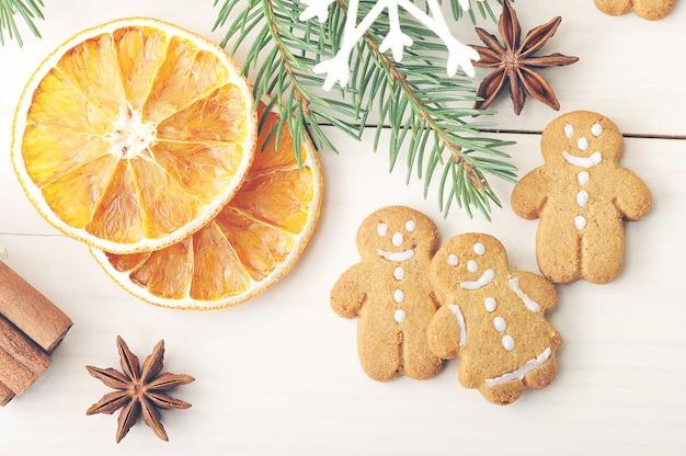 Мужские пряники и сушеные апельсины с ветками елки
