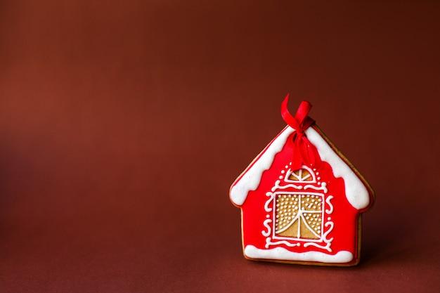 クリスマスのジンジャーブレッドの家と休日の装飾
