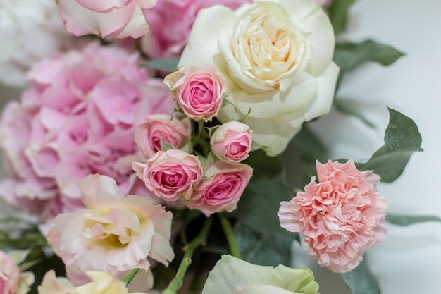 結婚式の装飾。新鮮な花と休日の装飾花瓶。ピンクのバラとカーネーション