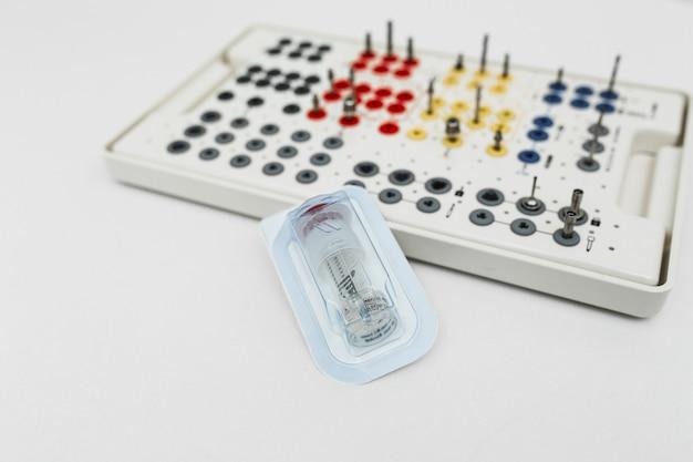白い背景の上の歯科補綴ツールキット