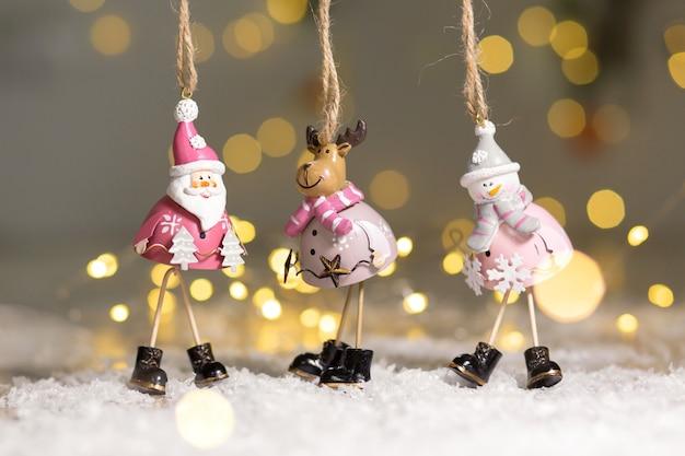 クリスマステーマの装飾的な置物。サンタ、雪だるま、鹿の像のセット。
