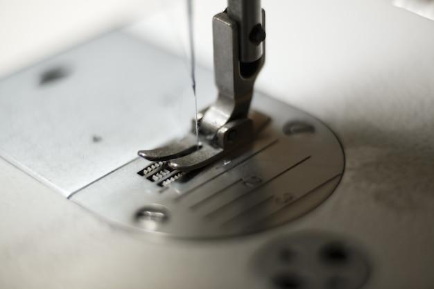 ライトが付いているミシンのクローズアップ。職場のテーラー。縫製業。