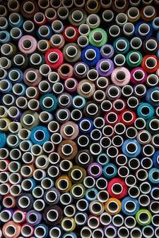 多くの着色されたかせ縫い糸の平面図。