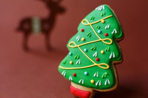 濃い赤のクリスマスツリージンジャーブレッド