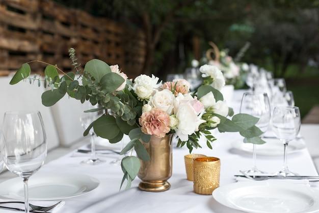 結婚式のテーブルセッティングと花で飾られました