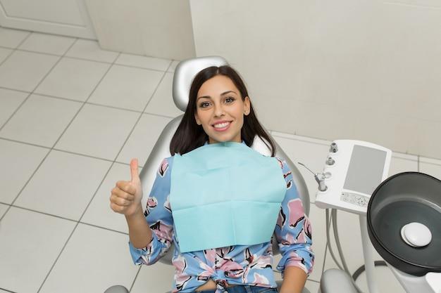 若い男性歯科医と幸せな女性患者。