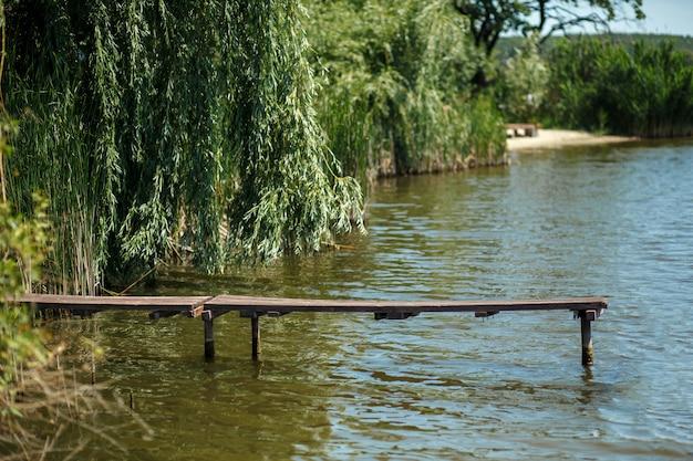 村の湖の上の木製の桟橋
