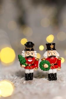 装飾的なクリスマスをテーマにした置物、くるみ割り人形のおとぎ話からのクリスマスのおもちゃの兵士、クリスマスツリーの装飾、