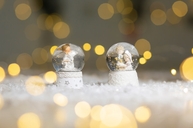 装飾的なクリスマスをテーマにした置物、クリスマスの天使が座っている雪の結晶のガラス玉、キリストの降誕の象徴、クリスマスツリーの装飾、