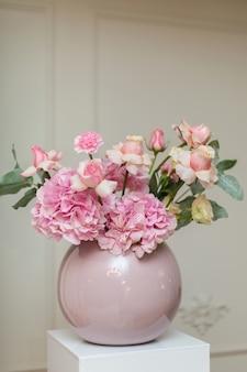 結婚式の装飾、新鮮な花、ピンクのバラとカーネーションの休日の装飾花瓶、