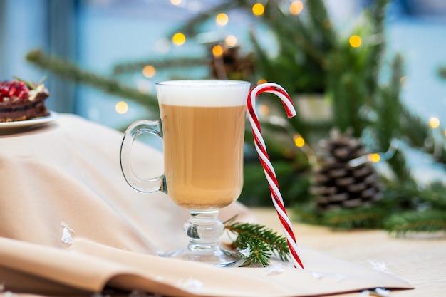 おいしいカプチーノコーヒーカップとクリスマスキャンディー甘い