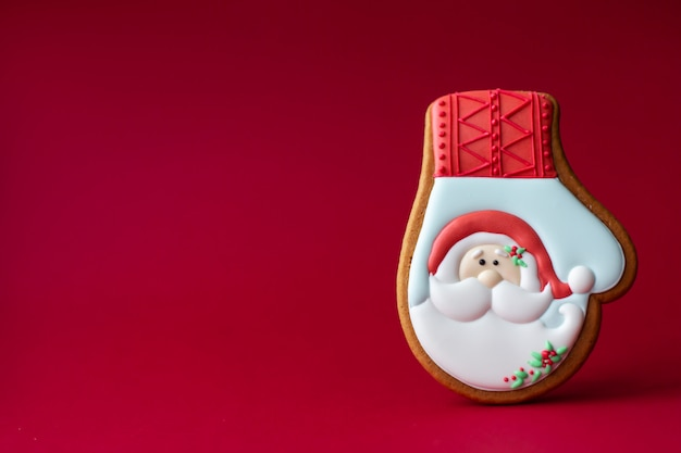 サンタの肖像画と冬の手袋のジンジャーブレッドクッキー