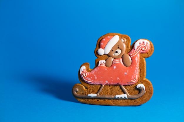 そりの小さなかわいいテディベアのジンジャーブレッドクッキー