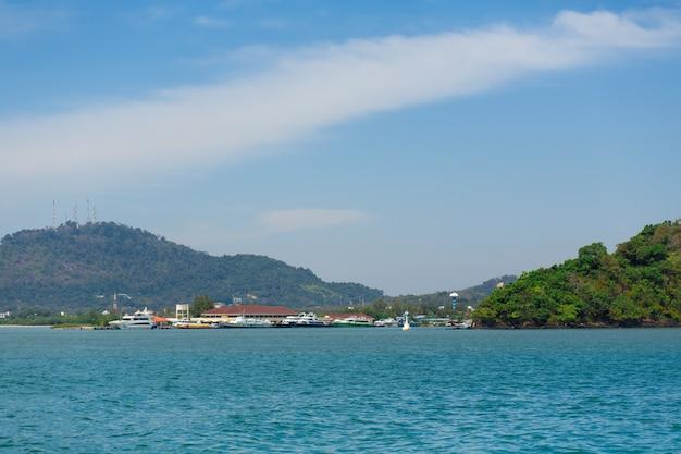 Взгляд зеленого острова в голубом океане.