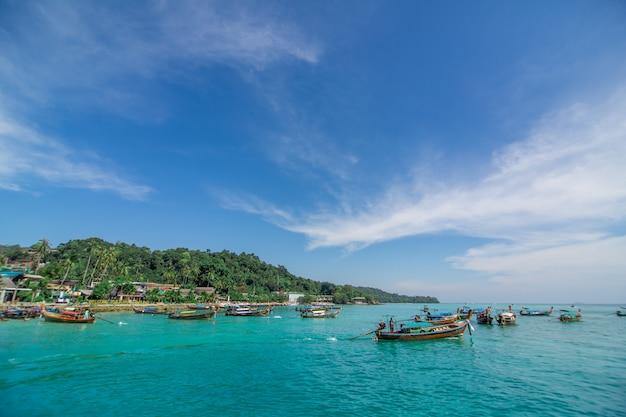 Традиционные тайские рыбацкие лодки, завернутые в цветные ленты.