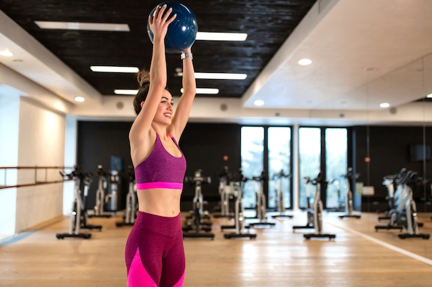 ジムで体操スポーツ運動の若い女性。フィットネスとウェルネスのライフスタイルコンセプト