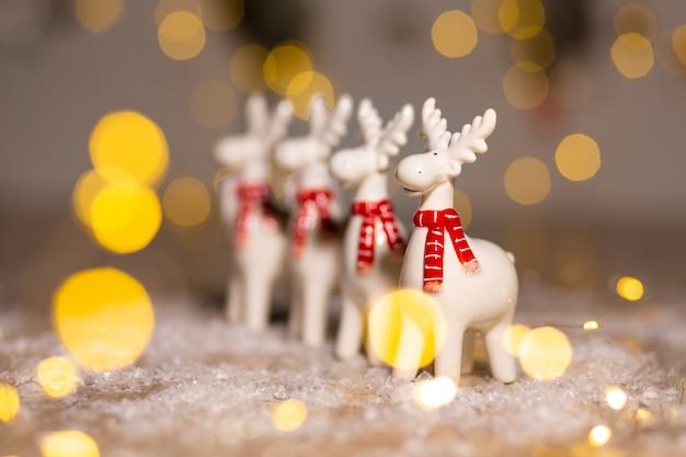 Рождественский олень праздничный декор, теплые огни боке.