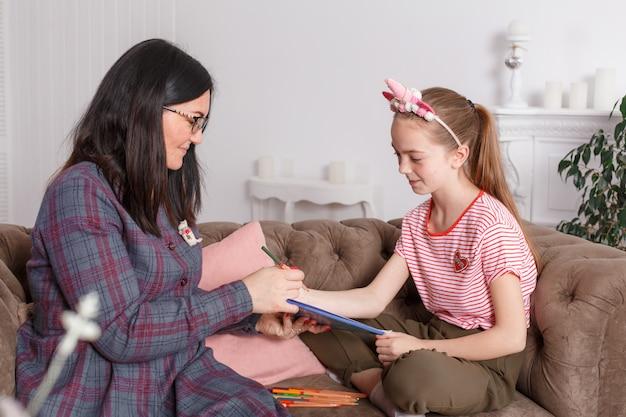 心理療法士のレセプションで十代の少女