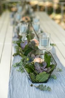 Флорариум со свежими сочными и розовыми цветами, украшение праздничного стола