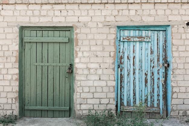 剥離とひびの入った塗料で古い木製ドア