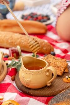 ピクニックに蜂蜜の瓶のクローズアップ。