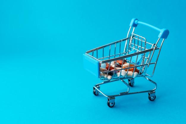 Корзина из супермаркета, наполненная цветными таблетками.