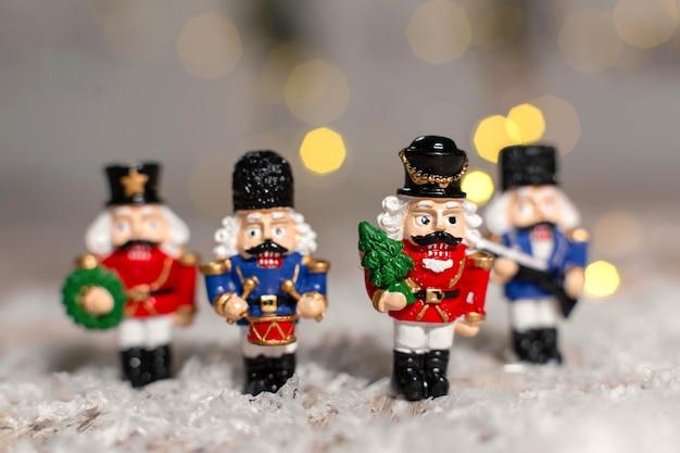 くるみ割り人形をテーマにした装飾的な置物のおもちゃの兵隊。