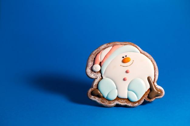 青にかわいい雪玉のジンジャーブレッドクッキー