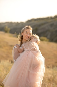 Маленькая девочка греется и засыпает на плече своей матери