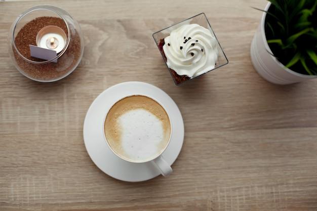 白いソーサーに熱いカプチーノの白いカップ