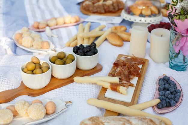 おいしい食べ物や軽食と夏のピクニックブランケット