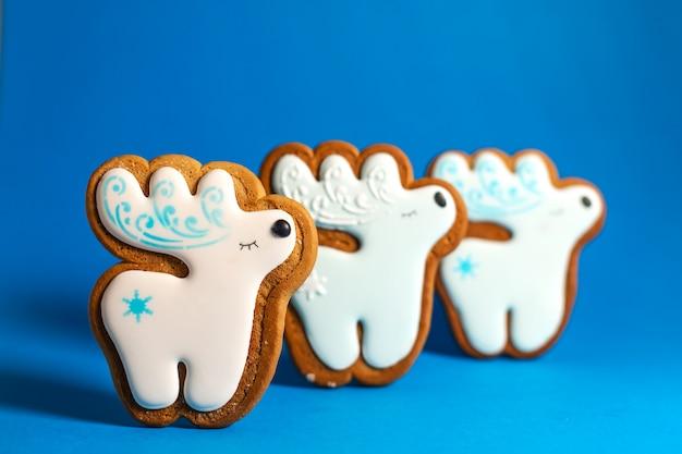 Пышное печенье милого оленя на синем