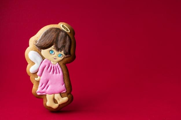 赤の小さなかわいい天使のジンジャーブレッドクッキー
