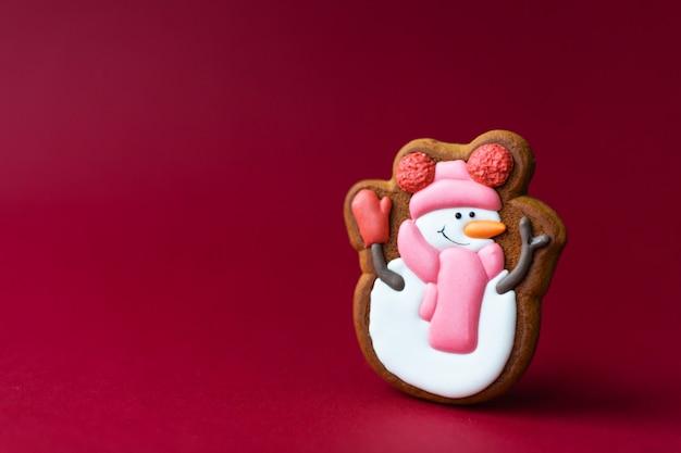 赤のかわいい雪だるまのジンジャーブレッドクッキー