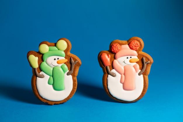 青にかわいい雪だるまのジンジャーブレッドクッキー