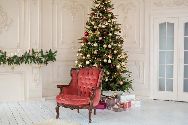 Украшения комнаты с украшенной елкой.