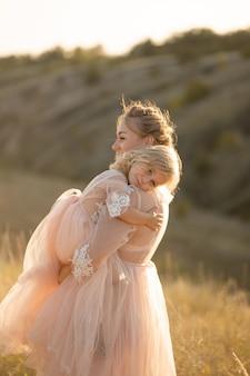 同じドレスを着た自然の中で若い家族