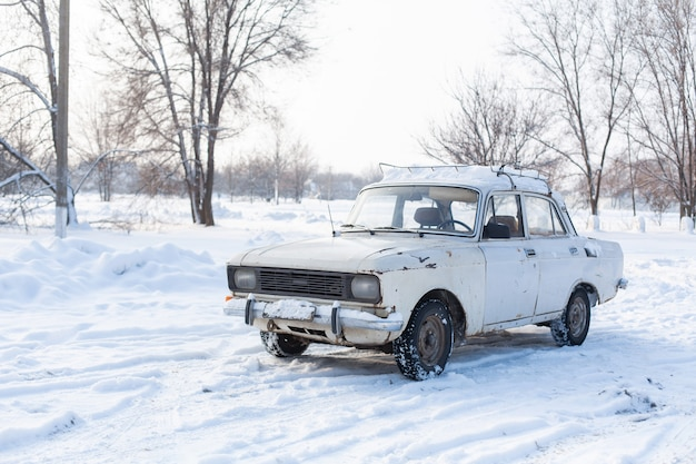 雪に覆われた高速道路で車に乗る
