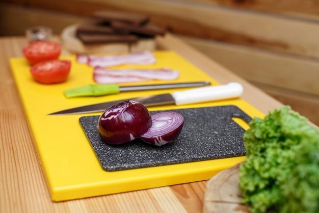 サンドイッチを調理するために木製のテーブルに用意された食材